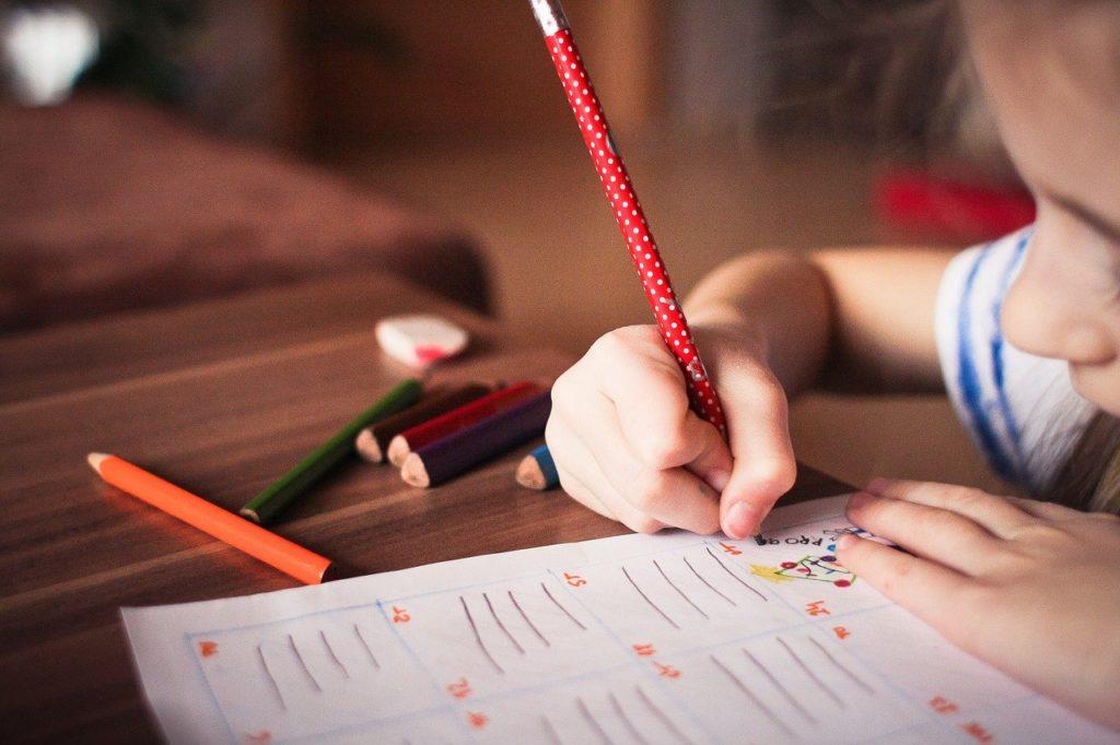 中学生になるために勉強する子供