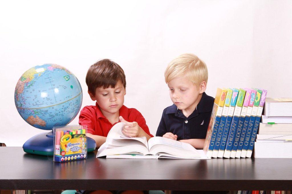 中学受験の勉強に励む子供たち(イメージ)