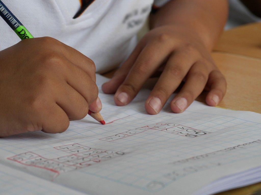 受験勉強に励む子供の答案用紙