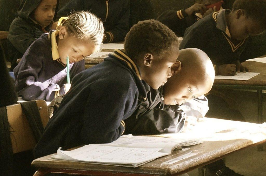 勉強に励む子供たち