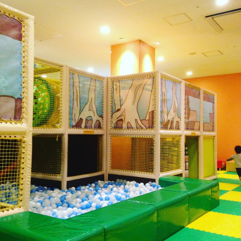 スポッチャ(ダイバーシティ東京プラザ店)でボールプールとアスレチックをする子供