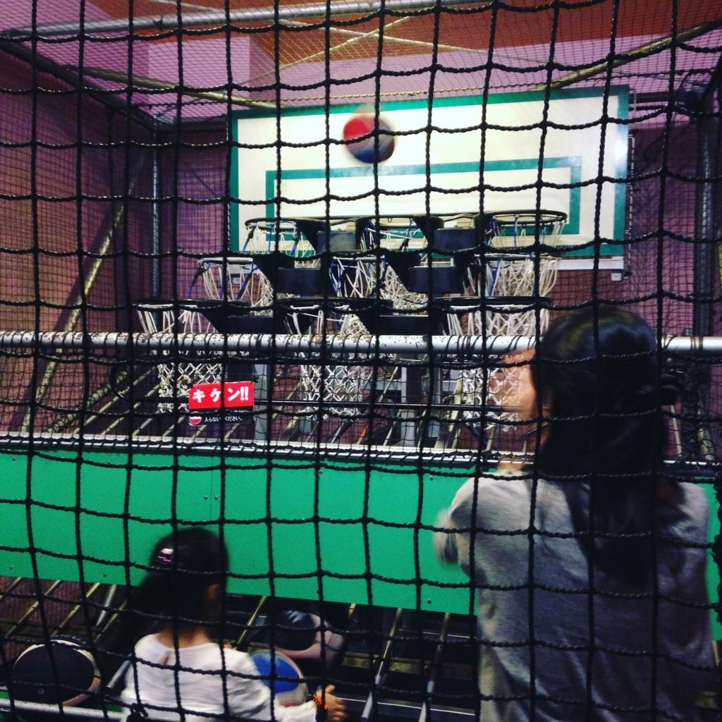 スポッチャ(ダイバーシティ東京プラザ店)でバスケットボールに挑戦する子供