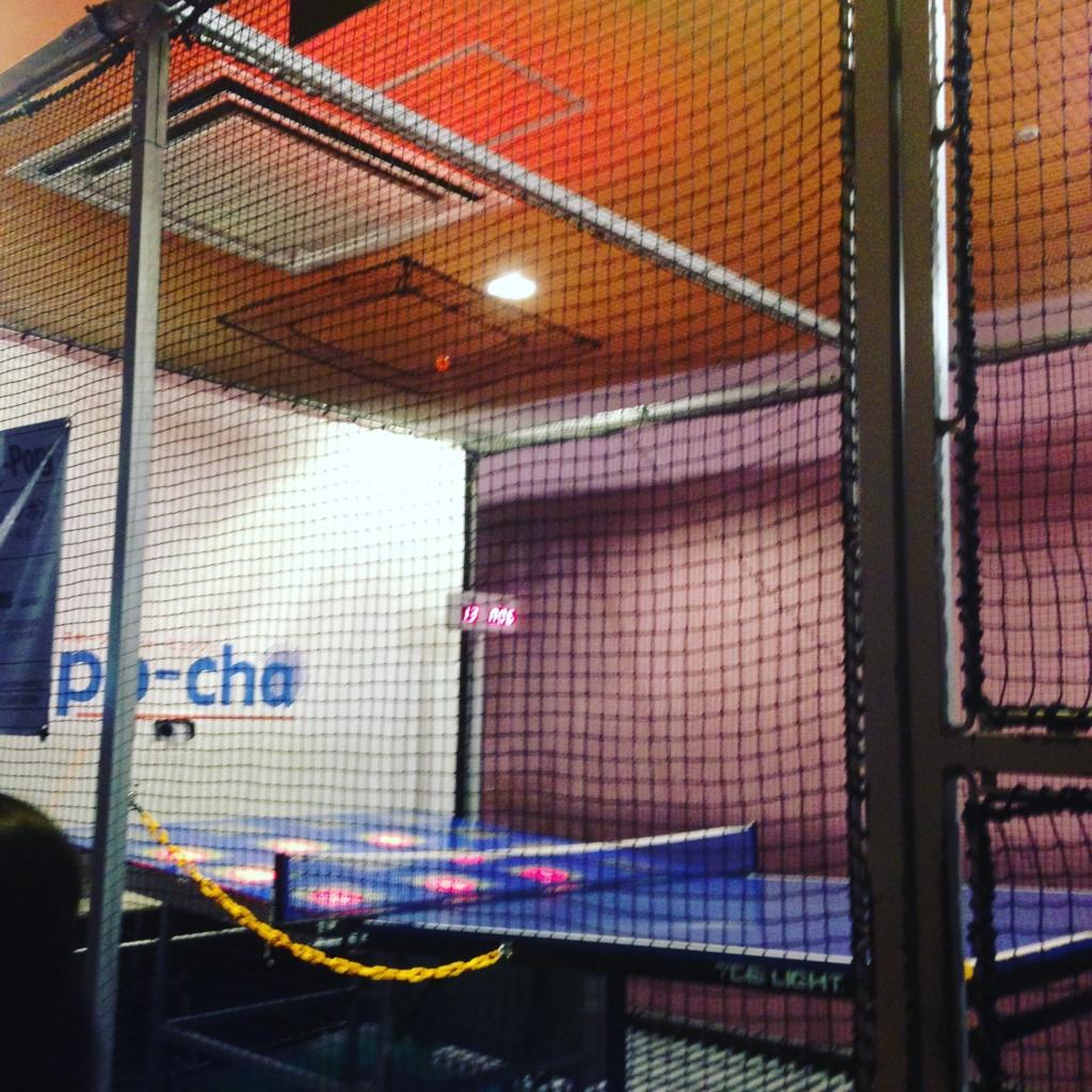 スポッチャ(ダイバーシティ東京プラザ店)で卓球に挑戦する子供
