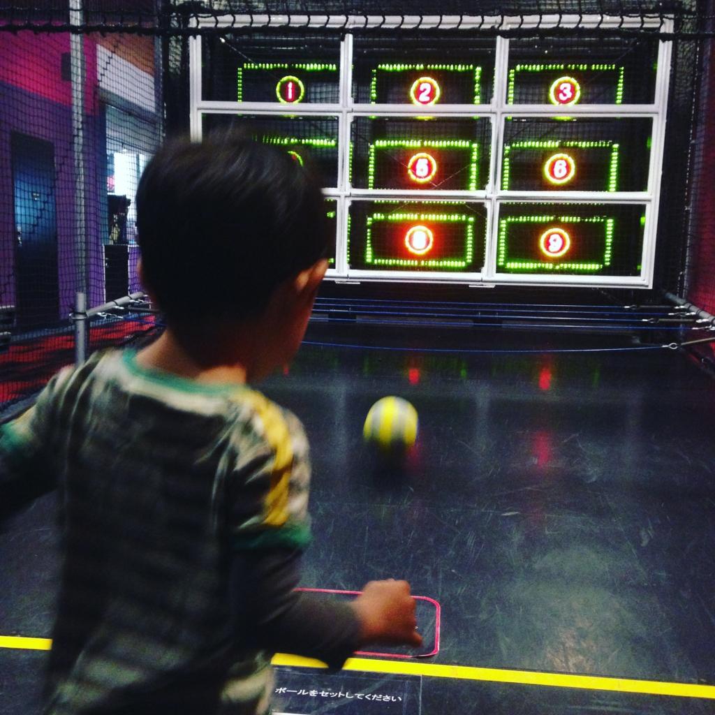 スポッチャ(ダイバーシティ東京プラザ店)でキックターゲットに挑戦する子供