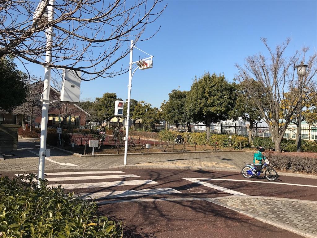 交通公園で自転車の練習をする子供