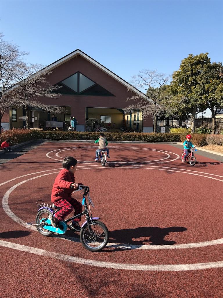 交通公園で自転車の練習をする子供(補助輪なし)