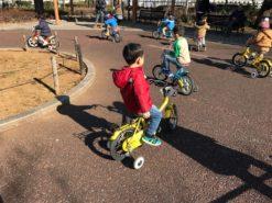 自転車の練習をする子供(補助輪付き)