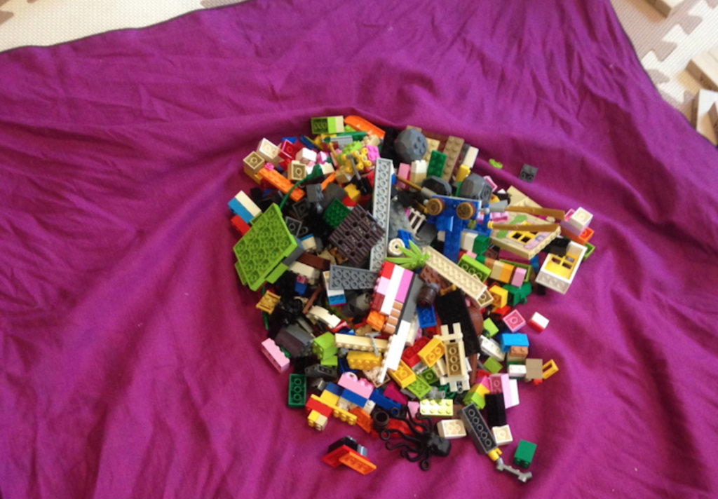 レゴを風呂敷で包もうとしている