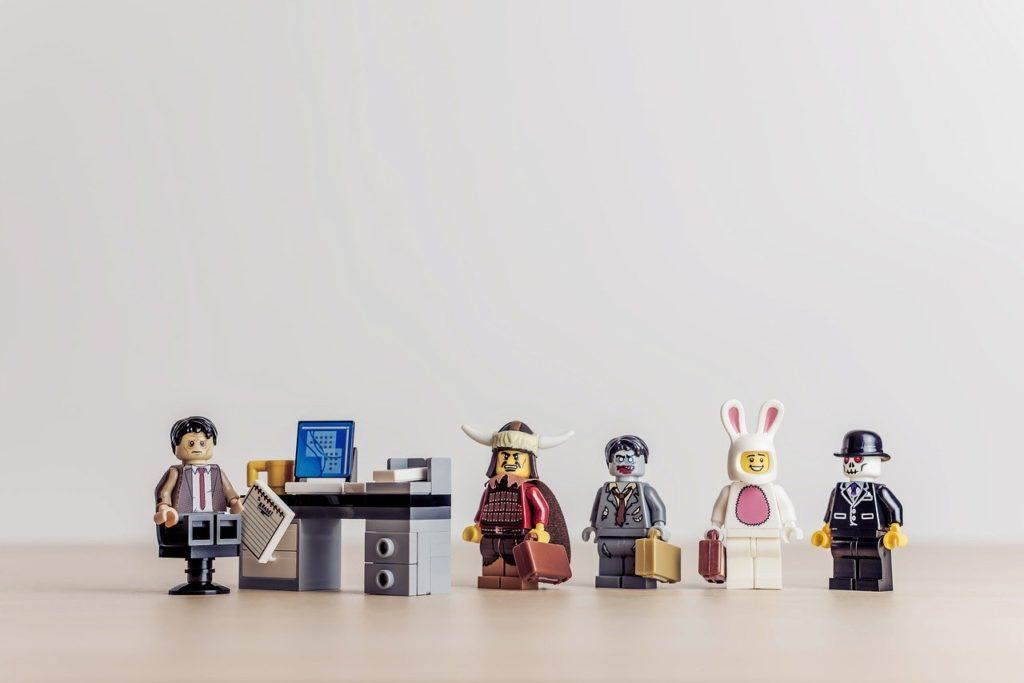 テーブルで仕事中に、謎の集団に襲われた人