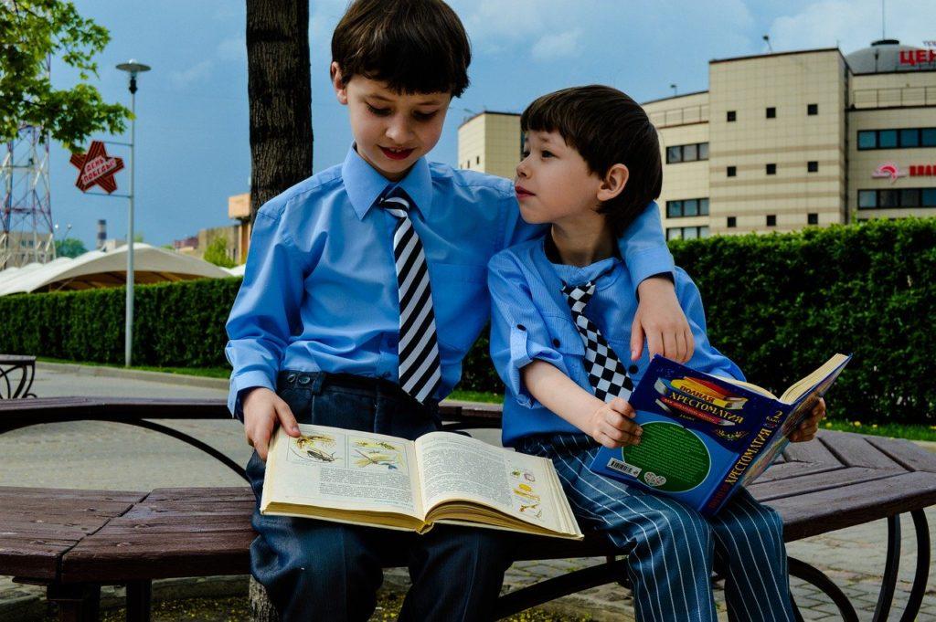 勉強中の男子校生徒