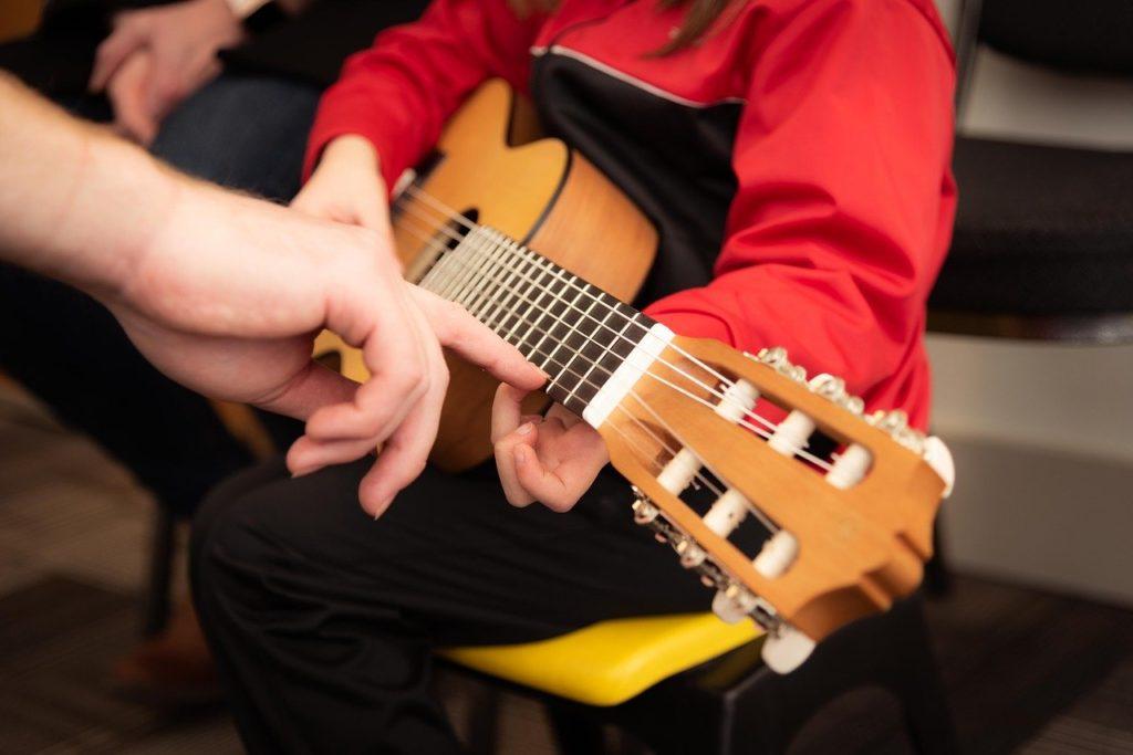ギターの習い事に取り組む子供