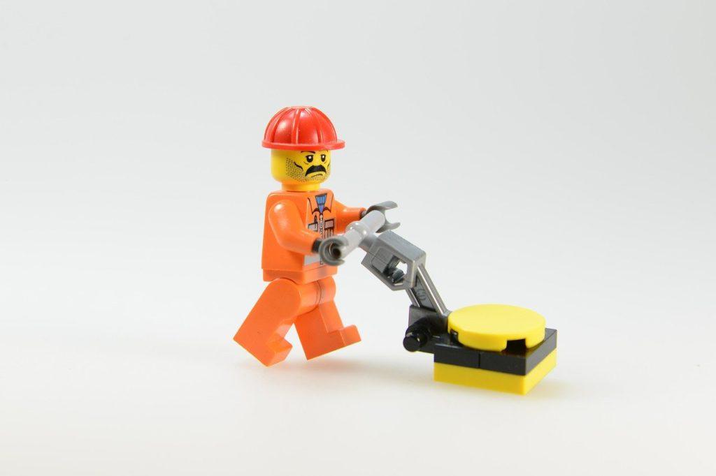 レゴの片付けをする人