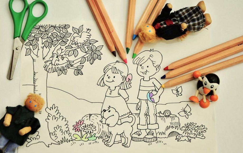 絵の習い事に取り組む子供