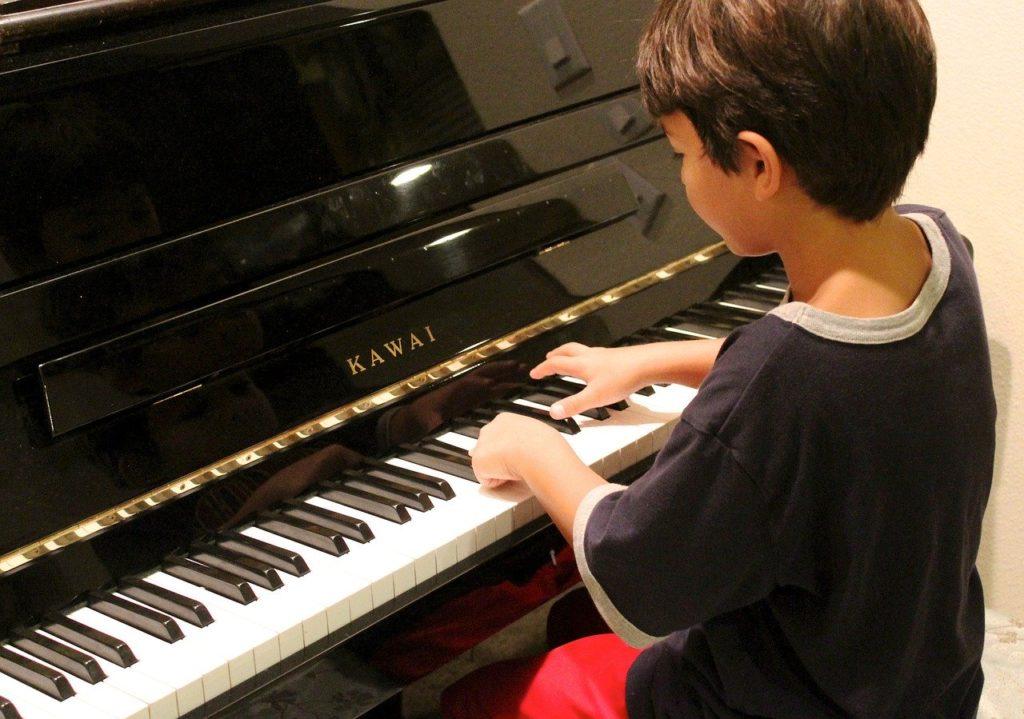 ピアノの習い事に取り組む子供