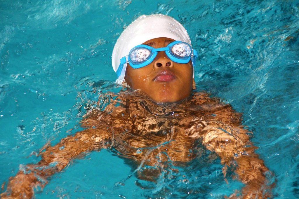 水泳の習い事に取り組む子供