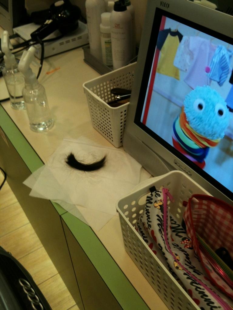 初めての散髪で切り取られた子供の髪の毛