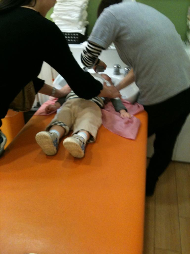 散髪屋さんで幼児の子供を洗う体制